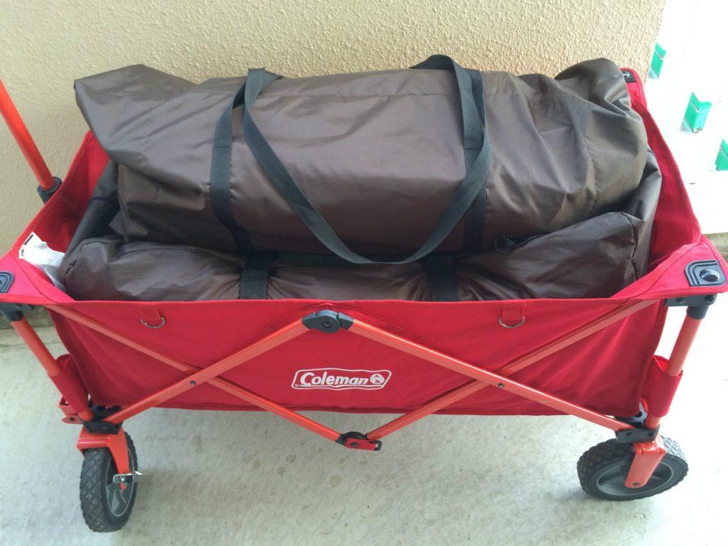 コールマンアウトドアワゴンにテントを積み込み